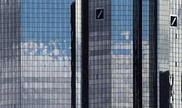 Les plus importants actionnaires de Deutsche Bank, soit des véhicules d'investissement contrôlés par la famille royale du Qatar, seraient prêts à participer à une augmentation de capital de la première banque allemande. /Photo prise le 5 octobre 2016/REUTERS/Kai Pfaffenbach