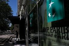 BNP Paribas et le Crédit mutuel ont annoncé jeudi le lancement en 2017 d'une application commune de paiement par téléphone portable, une initiative qui intervient alors qu'aucun standard ne s'est encore imposé en France sur ce marché stratégique. /Photo prise le 7 juin 2016/REUTERS/Juan Medina