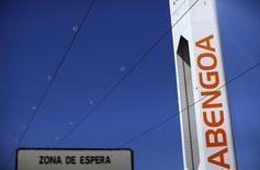 La empresa de ingeniería y energías renovables Abengoa dijo el viernes que ha convocada una junta extraordinaria de accionistas para el próximo 22 de noviembre para refrendar los acuerdos de su reestructuración alcanzados en septiembre y relanzar la compañía con un nuevo consejo de administración compuesto por siete miembros. En la imagen, una torre de Abengoa en Sanlúcar la Mayor, España, el 29 de marzo de 2016. REUTERS/Marcelo del Pozo