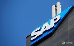Логотип SAP в Вене 25 июля 2016 года. Крупнейший в Европе поставщик программного обеспечения SAP повысил нижнюю границу прогноза операционной прибыли на 2016 год, ожидая хороших результатов по итогам четвертого квартала ввиду большого объема заказов на его продукцию.  REUTERS/Leonhard Foeger/File Photo