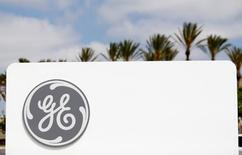 Логотип General Electric в Санта-Ане 13 апреля 2016 года. Квартальная прибыль General Electric Co превзошла ожидания аналитиков, но рост выручки остался вялым, заставив компанию понизить прогноз выручки на текущий год и сузить прогнозируемый диапазон прибыли и отправив ее акции вниз.  REUTERS/Mike Blake