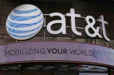 AT&T a annoncé samedi le rachat de Time Warner pour 85,4 milliards de dollars (78,5 milliards d'euros), un pari osé de la part de l'opérateur télécoms américain. /Photo prise le 21 octobre 2016 /REUTERS/Shannon Stapleton