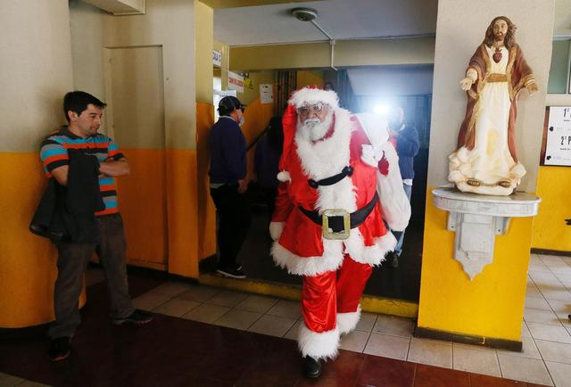 Rigoberto Martinez, 67, dressed as Santa Claus, is seen inside a public school after casting his vote during the mayoral elections in Valparaiso, Chile October 23, 2016. REUTERS/Rodrigo Garrido