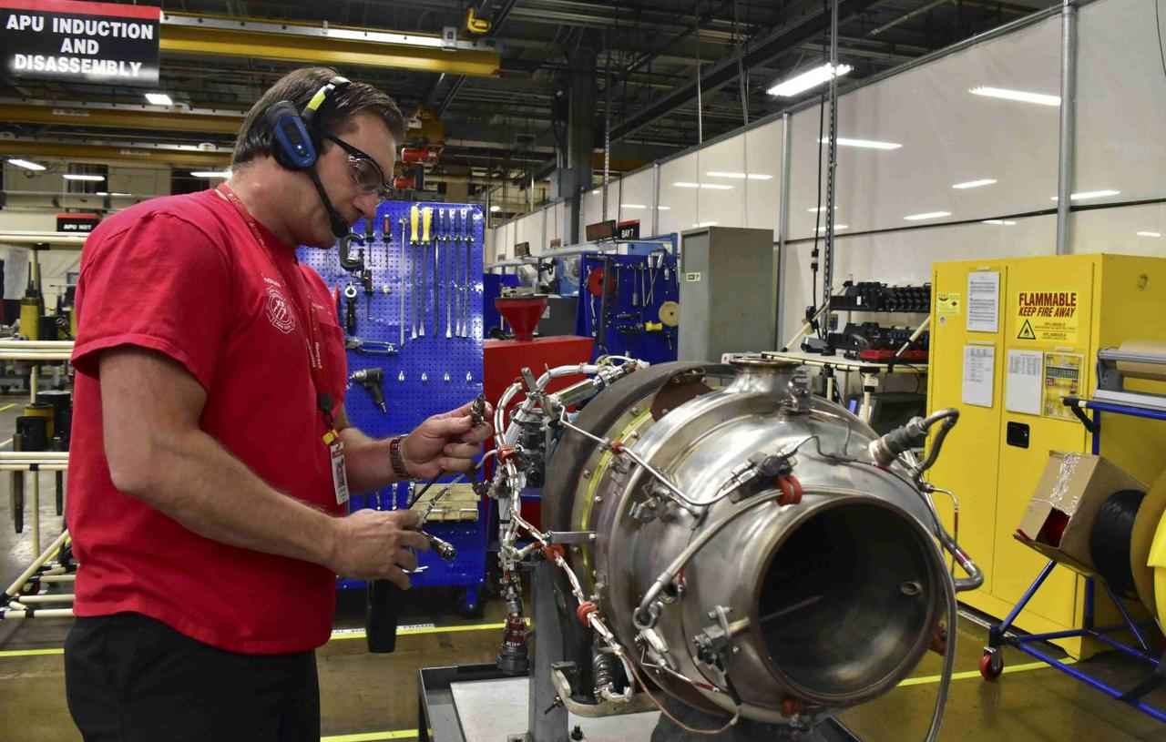 Boeing takes on peers, partners in bid for replacement parts