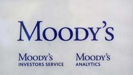 """Логотип Moody's Investor Services у офиса агентства в Париже 24 октября 2011 года. Международное рейтинговое агентство Moody's в понедельник повысило прогноз для банковской системы России до """"стабильного"""" с """"негативного"""" на фоне признаков восстановления экономики страны, которое, скорее всего, благоприятно скажется на кредиторах, сообщило агентство. REUTERS/Philippe Wojazer"""