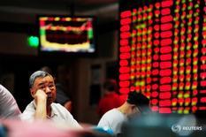 Инвесторы в брокерской конторе в Наньцзине 27 сентября 2016 года. Китайский фондовый рынок повысился более чем на 1 процент по итогам торгов понедельника, получив поддержку от роста акций сырьевых компаний ввиду признаков того, что усилия правительства, направленные на сокращение избыточных мощностей в таких отраслях, как угольная и сталелитейная промышленность, начали приносить плоды. REUTERS/Stringer