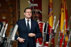 Una fuente conocedora de las intenciones del FMI dijo la semana pasada a Reuters que la institución estudiaba aplazar el primer comunicado de conclusiones preliminares ante la expectativa de que pueda formarse un gobierno la semana próxima. En la imagen, el presidente español en funciones, Mariano Rajoy, durante un acto en el día de la Hispanidad en Madrid, el 12 de octubre de 2016. REUTERS/Juan Medina