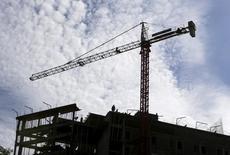 Obreros de construcción trabajan en Asunción, 30 abril, 2015. El Banco Central paraguayo subió el lunes la proyección de crecimiento económico del país para este año a un 4,0 por ciento desde un 3,5 por ciento previo, por un mayor dinamismo de la actividad industrial, la construcción y la producción de energía eléctrica. REUTERS/Jorge Adorno - RTX1B17P