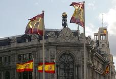 El Tesoro español desveló el lunes que ha solicitado la amortización anticipada de 1.000 millones de euros del préstamo que el MEDE (el mecanismo europeo de estabilidad) hizo al país para rescatar al sector financiero. En la foto de archivo, unas banderas de España ante el edificio del Banco de España en Madrid el 9 de mayo de 2013. REUTERS/Paul Hanna