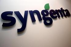 Логотип Syngenta в офисе компании в Сингапуре. 12 февраля 2016 года. Бумаги Syngenta снизились более чем на 9 процентов в понедельник после того, как Европейская комиссия спровоцировала сомнения относительно предложения китайской госкомпании ChemChina о покупке швейцарского производителя пестицидов и семян за $43 миллиарда. REUTERS/Edgar Su/File Photo