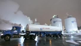 Air Liquide commence à bénéficier des synergies de l'américain Airgas racheté l'an dernier. La société a publié mardi un chiffre d'affaires proche du consensus, soutenu aussi par les économies de coûts et le dynamisme des pays émergents. /Photo d'archives/REUTERS/J.P. Moczulski