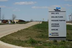 Указатель у офиса Baker Hughes в Уиллистоне, Северная Дакота 30 апреля 2016 года. Нефтесервисная компания Baker Hughes Inc отчиталась о значительно меньшем, чем ожидалось, квартальном убытке, чему способствовало агрессивное сокращение расходов. REUTERS/Andrew Cullen