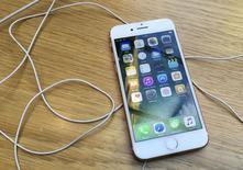 Apple a vendu plus d'iPhone que prévu au cours du quatrième trimestre de son exercice 2015-2016. Le géant électronique dit aussi tabler pour le premier trimestre 2016-2017, qui comprend la cruciale période des fêtes, sur un chiffre d'affaires supérieur aux attentes. /Photo prise le 4 octobre 2016/REUTERS/Stefan Wermuth