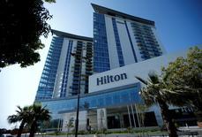 Hilton Worldwide Holdings a revu en baisse pour la troisième fois sa prévision de revenu par chambre, un indicateur clé d'activité dans le secteur. Il table désormais sur une hausse de 1,5% à 2%. /Photo prise le 2 mai 2016/REUTERS/David Mdzinarishvili