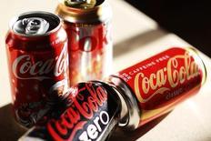 Coca-Cola va s'employer à réduire encore la teneur en sucre de ses boissons. La société a déjà lancé plus de 200 projets de changements de formules pour réduire la quantité de sucre ajouté de ses boissons et elle va lancer davantage de produits sans sucre ou à teneur calorique faible ou nulle. /Photo d'archives/REUTERS/Rick Wilking