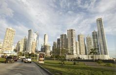 """Imagen de archivo de la Ciudad de Panamá, dic 6, 2011. Panamá dará un gran paso el jueves para poner fin a su estatus de paraíso fiscal """"offshore"""" al firmar un convenio multilateral para compartir detalles de contribuyentes extranjeros con otros gobiernos, dijo el jefe de impuestos de la Organización para la Cooperación y el Desarrollo Económicos (OCDE).  REUTERS/Henry Romero"""