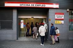 Personas entrando a una oficina de empleo en Madrid, España. 2 de diciembre de 2014. La tasa de desempleo en España se redujo a un 18,9 por ciento en el tercer trimestre, su menor nivel desde el cuarto trimestre del 2009, mostraron el jueves datos del Instituto Nacional de Estadísticas. REUTERS/Andrea Comas/File Photo - RTSPDWC