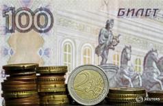 Монеты евро на фоне сторублевой купюры. 21 апреля 2015 года. Нацбанк Белоруссии с 1 ноября увеличит до 50 с 40 процентов долю российского рубля в корзине валют, в которую входят также доллар и евро, сообщил в пятницу Национальный банк. REUTERS/Dado Ruvic