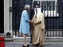 ملك البحرين الشيخ حمد بن عيسى آل خليفة يصافح رئيسة وزراء بريطانيا تيريزا ماي في لندن يوم 26 أكتوبر تشرين الأول 2016. تصوير بيتر نيكولس - رويترز