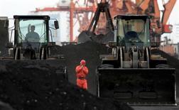 Рабочие в порту Даньдун в Китае 7 декабря 2010 года. Беспрецедентный рост цен на уголь более чем вдвое с июня стал отличным подарком для Glencore и Noble, которые являются одними из крупнейших трейдеров энергетического угля, используемого для производства электричества. REUTERS/Stringer/File Photo