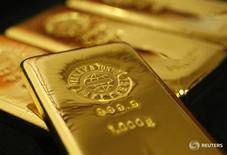 Слитки золота в магазине Ginza Tanaka в Токио 23 октября 2009 года. Золото немного дешевеет в понедельник, так как доллар восстановился после недавних потерь, хотя опасения по поводу исхода выборов в США и политики ФРС удержали металл вблизи достигнутого в предыдущей сессии трёхнедельного максимума. REUTERS/Issei Kato
