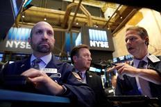 Трейдеры на торгах Нью-Йоркской фондовой биржи 25 октября 2016 года. Индексы S&P 500 и Nasdaq немного выросли в понедельник, поскольку череда новостей о сделках слияний и поглощений улучшила настроения инвесторов, в то время как Dow Jones практически не изменился на фоне давления акций Nike. REUTERS/Brendan McDermid