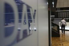 Логотип немецкого индекса DAX на бирже во Франкфурте-на-Майне 14 октября 2016 года. Европейские фондовые рынки снизились на волатильных торгах вторника, готовясь продемонстрировать потери седьмую сессию подряд, при этом бумаги Shell и BP двигаются в разном направлении после того, как нефтяные гиганты отчитались о квартальных результатах. REUTERS/Kai Pfaffenbach