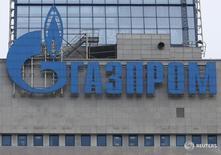 Логотип на здании Газпрома в Москве 24 февраля 2015 года. Газпром сообщил инвесторам о начале роуд-шоу нового выпуска еврооблигаций, номинированных в евро, с 7 ноября в Европе, сказали два источника  в финансовых кругах. REUTERS/Maxim Zmeyev
