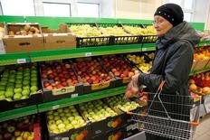 Покупательница выбирает фрукты в магазине  Москвы. Потребительские цены в России c 25 по 31 октября 2016 года выросли на 0,1 процента, тогда как за предыдущую неделю рост составил 0,2 процента, сообщил Росстат в среду.  REUTERS/Maxim Zmeyev