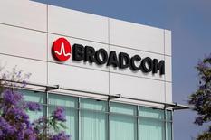 El edificio del fabricante de microprocesadores Broadcom en Rancho Bernardo, EEUU, mayo 12, 2016.El fabricante de microprocesadores Broadcom dijo el miércoles que compraría el fabricante de equipos de red Brocade Communications Systems por 5.500 millones de dólares en efectivo, para ampliar sus negocios de red de fibra y almacenamiento de datos.    REUTERS/Mike Blake
