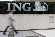 ING Groep a annoncé jeudi un résultat du troisième trimestre supérieur aux attentes grâce notamment à la poursuite de la croissance de ses prêts. Le titre bondit de 3,85% à la Bourse d'Amsterdam vers 9h10 GMT. /Photo prise le 3 octobre 2016/REUTERS/François Lenoir