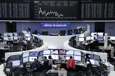 Фондовая биржа Франкфурта-на-Майне. Европейские фондовые рынки кажутся готовыми прервать самую долгую череду потерь более чем за два года, поскольку хорошая отчётность компаний, особенно банков еврозоны, оказывает поддержку индексам.  REUTERS/Staff/Remote