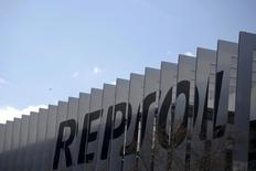Imagen de archivo de la sede de Repsol en Madrid. La petrolera española Repsol reportó el jueves que prácticamente duplicó su ganancia neta ajustada en el tercer trimestre, luego de que los esfuerzos en el control de costos ayudaron a compensar una disminución en sus márgenes de refino.REUTERS/Juan Medina/