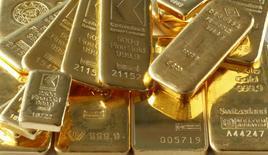 Imagen de archivo de unos lingotes de oro en Zúrich, nov 20, 2014. Los precios del oro caían el jueves, luego que la Reserva Federal señaló que podría subir sus tasas de interés el mes próximo y ante la incertidumbre por el resultado de la elección presidencial de Estados Unidos.  REUTERS/Arnd Wiegmann