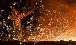 Un sidérurgiste à une aciérie de Salzgitter. La société a annoncé jeudi soir que son résultat imposable des neuf premiers mois de l'année se situerait tout au bas de la fourchette des estimations des analystes. /Photo d'archives/REUTERS/Fabian Bimmer