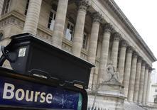 Les principales Bourses européennes ont ouvert vendredi en baisse et pourraient terminer la semaine sur l'un de leurs plus forts replis hebdomadaires depuis les turbulences du début d'année sur les marchés mondiaux. À Paris, le CAC 40 perd 0,61% à 4.384,82 points à 08h30 GMT. À Francfort, le Dax cède 0,79% et à Londres, le FTSE abandonne 1,07%. /Photo d'archives/REUTERS/Régis Duvignau