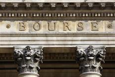 Les Bourses européennes ont terminé vendredi en repli. À Paris, le CAC 40 a terminé en baisse de 0,78% (34,22 points) à 4.377,46 points. Le Footsie britannique a abandonné 1,43% et le Dax allemand 0,65%. L'indice EuroStoxx 50 a perdu 0,64%, le FTSEurofirst 300 0,75% et le Stoxx 600 0,83%. Sur la semaine, le CAC 40 a perdu 3,76%. /Photo d'archives/REUTERS/Charles Platiau