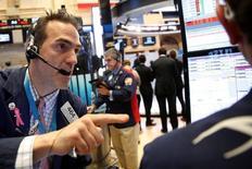 Трейдеры на фондовой бирже Нью-Йорка 3 ноября 2016 года. Индекс S&P 500 в пятницу снизился девятый день кряду, что стало самым продолжительным сползанием индекса за более чем 35 лет: инвесторы озабочены неопределенностью с исходом выборов в США в следующий вторник. REUTERS/Brendan McDermid