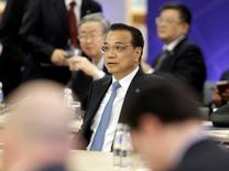 La Chine maintiendra un niveau de croissance soutenu tout en accélérant sa mue économique, a déclaré samedi le Premier ministre du pays Li Keqiang. /Photo prise le 5 novembre 2016/REUTERS/Ints Kalnins