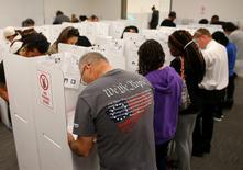 Los grandes bancos globales como Morgan Stanley, JPMorgan Chase & Co y Goldman Sachs se están preparando para potenciales turbulencias en los mercados financieros tras las elecciones presidenciales del martes en Estados Unidos. En la imagen, varios votantes en un colegio en el condado de San Diego. REUTERS/Mike Blake