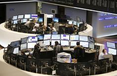 Les Bourses européennes ont terminé mardi en hausse modérée, l'attente du verdict de l'élection présidentielle américaine limitant l'appétit des investisseurs pour le risque dans un marché toujours animé par les résultats de sociétés. À Paris, l'indice CAC 40 a gagné 0,35% (15,68 points) à 4.476,89 points. A Francfort, le Dax a pris 0,24%,  à Londres, le FTSE a progressé de 0,53%. /Photo d'archives/REUTERS