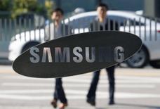 En la imagen, empleados del gigante tecnológico surcoreano pasan junto a uno de los edificios de la compañía en Seúl. 8 de noviembre de 2016. Fiscales de Corea del Sur registraron el martes las oficinas de Samsung Electronics como parte de la investigación de un escándalo político que involucra a la presidenta Park Geun-hye y a una amiga que presuntamente habría ejercido una influencia indebida en asuntos del Estado.REUTERS/Kim Hong-Ji