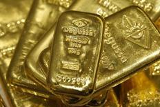 Слитки золота в хранилище трейдера Degussa в Цюрихе 19 апреля 2013 года. Победа на американских выборах кандидата от республиканской партии Дональда Трампа заставила инвесторов искать актив-убежище, что привело к взлёту цены на золото в среду почти на 5 процентов до шестинедельного максимума, после чего котировки растеряли часть роста и стабилизировались. REUTERS/Arnd Wiegmann