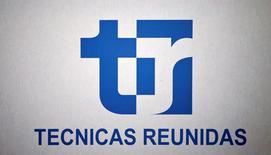 Técnicas Reunidas dijo el jueves que su resultado operativo bruto (Ebitda) de los primeros nueve meses del año cayó un 3 por ciento a 154 millones de euros y el beneficio operativo neto (EBIT) bajó un 6 por ciento a 139 millones por una erosión de los márgenes que, no obstante, se situaron dentro de los pronósticos del grupo para el conjunto del año. Imagen del logo de Técnicas Reunidas durante la junta de accionistas del grupo en Madrid el 29 de junio de 2016. REUTERS/Andrea Comas