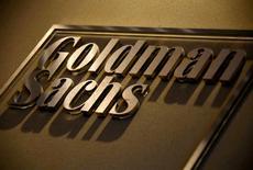 Логотип Goldman Sachs в офисе компании в Сиднее. 18 мая 2016 года. Goldman Sachs рассматривает перевод части своих активов и операций из Лондона во Франкфурт-на-Майне, сообщили три источника, знакомых с ситуацией, в попытке сохранить за собой доступ к рынку Европейского союза после выхода Великобритании из блока. REUTERS/David Gray/File Photo