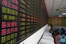 Inversionista mira la pantalla que muestra informacion sobre la bolsa en Shangai,China, 15 de Febrero, 2016. Las acciones chinas subieron el jueves a un máximo en 10 meses, sumándose a un giro sorpresiva de los mercados globales luego de una sorprendente victoria del republicano Donald Trump en las elecciones presidenciales de Estados Unidos.  REUTERS/Aly Song