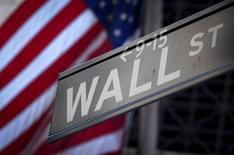 La Bourse de New York a fini vendredi sur une note bien plus prudente que les deux jours précédent, le mouvement d'euphorie déclenché par l'élection de Donald Trump à la présidence des Etats-Unis semblant s'essouffler aux dépens des valeurs de l'énergie, des matières premières et de la santé. L'indice Dow Jones a progressé de 39,78 points, soit 0,21%, à 18.847,66, un nouveau record de clôture. /Photo d'archives/REUTERS/Carlo Allegri