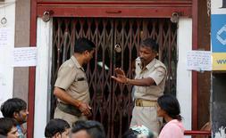 El banco central indio instó el domingo a los ahorradores a no aprovisionarse de dinero mientras la indignación pública crece ante la decisión del gobierno de retirar los billetes de gran denominación en un intento de acabar con la economía sumergida del país.  En la imagen, un policía trata de controlar a la multitud que se encuentra a la puerta de un banco en Lucknow, India, el 13 de noviembre de 2016. REUTERS/Pawan Kumar