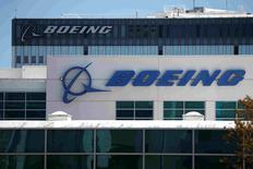 Boeing a annoncé mardi qu'il supprimerait 500 emplois sur une période de quatre ans et qu'il fermerait deux sites dans le cadre d'une refonte de son pôle espace, défense et sécurité. /Photo d'archives/REUTERS/Lucy Nicholson/