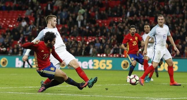 11月15日、サッカーの国際親善試合、イングランド─スペインの一戦は、試合終了間際にスペイン代表MFイスコ(左22番)のゴールが決まり、2─2の引き分けに終わった(2016年 ロイター)
